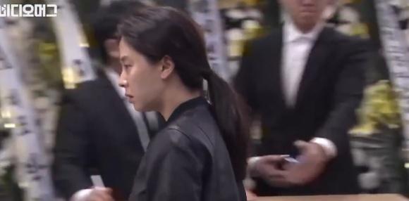 Loạt sao xuất hiện tại đám tang sao Reply 1988 sau khi vừa dự đám cưới Song Joong Ki