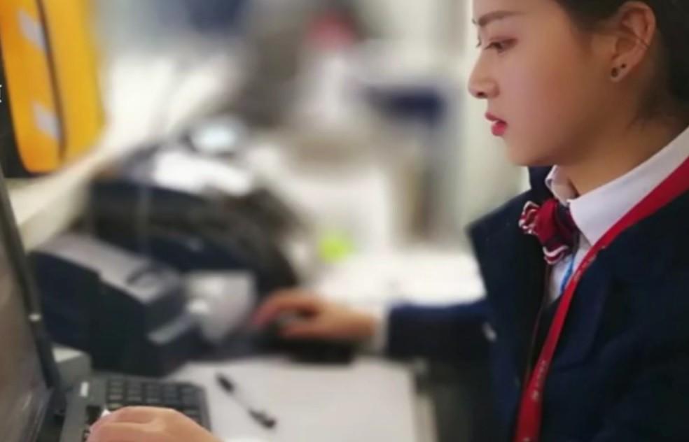 Nhân viên tàu điện ngầm gây xôn xao mạng xã hội vì quá giống Triệu Lệ Dĩnh