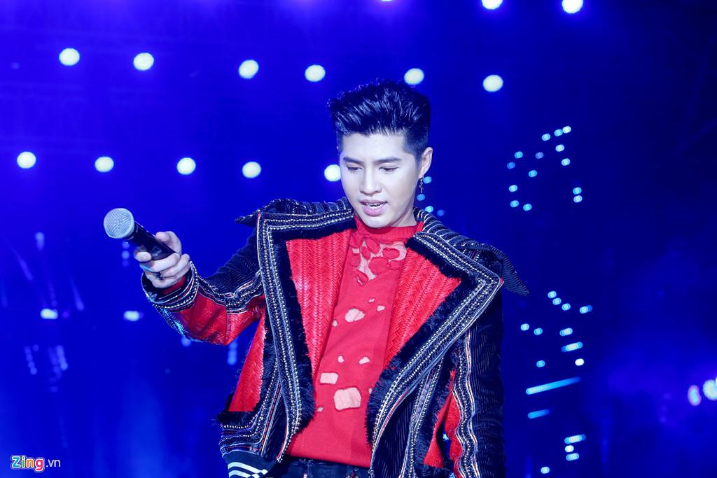 Fan ngất xỉu trong đêm nhạc hàng nghìn khán giả của Noo Phước Thịnh