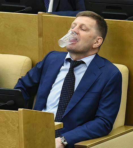 Giờ giải lao ở hội nghị chính phủ Nga: chính trị gia khoe ca vát, ăn quà vặt và selfie