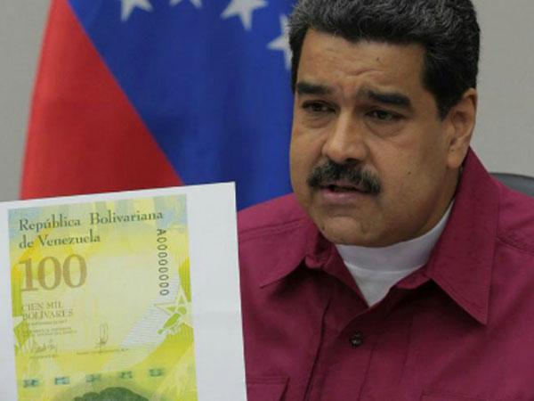 Dân Venezuela mang tiền bớt nặng hơn nhờ tờ 100.000 bolivar