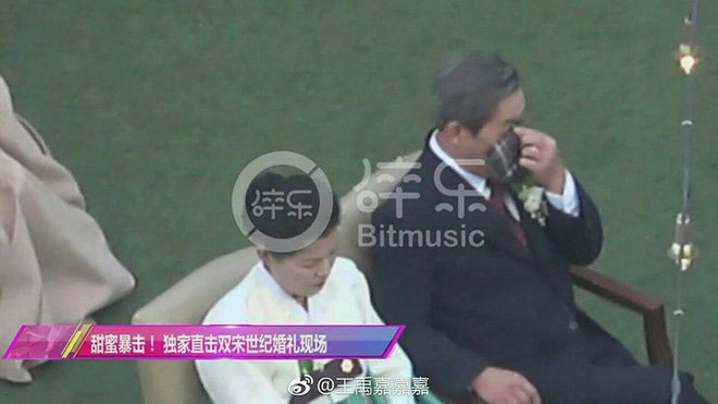 Không ngờ bố Song Joong Ki lại là người dễ mến đến mức dễ thương như vậy