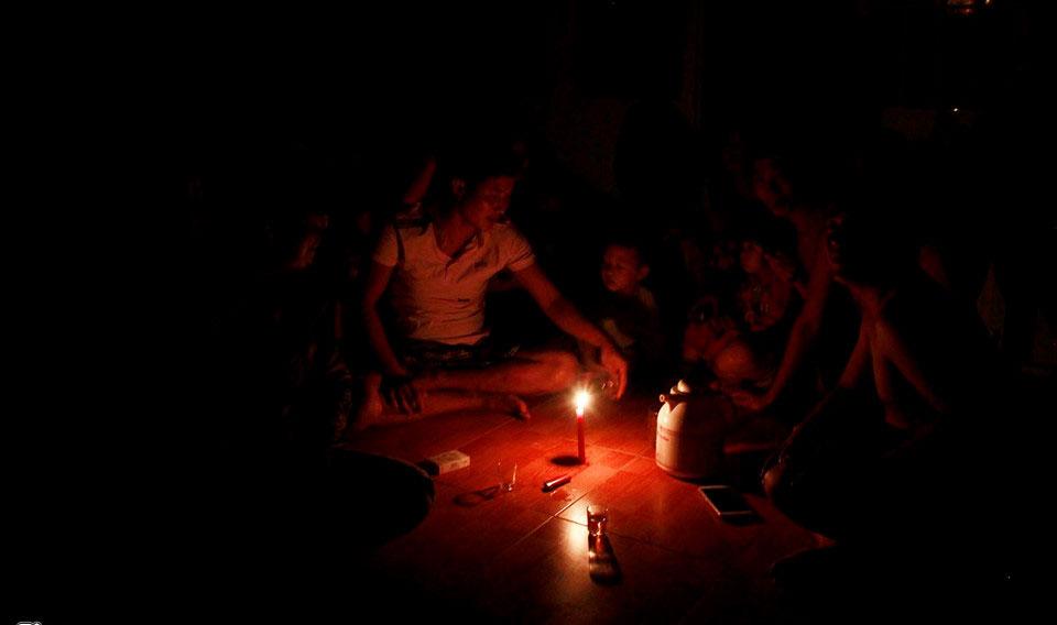 Mất điện, người dân Khánh Hòa sống trong màn đêm sau bão số 12