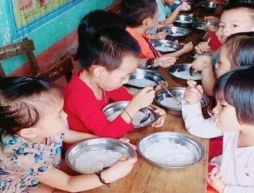Phụ huynh phản ánh suất ăn 15.000 đồng của trẻ mầm non nghèo nàn