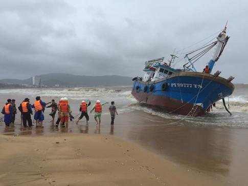 Tàu hàng không vào cảng trú bão, 3 thuyền viên tử vong, 24 thuyền viên mất tích