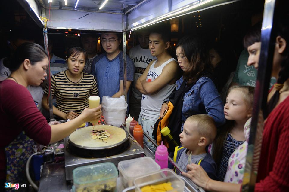 Xếp hàng mua đồ ăn sau bão ở Nha Trang