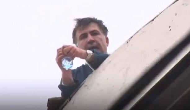 Cựu Tổng thống Gruzia leo lên mái nhà và doạ nhảy khi bị truy bắt