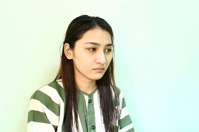 Bị yêu cầu dừng xe kiểm tra, cô gái 20 tuổi xinh như hot girl đánh xé áo công an giữa đường