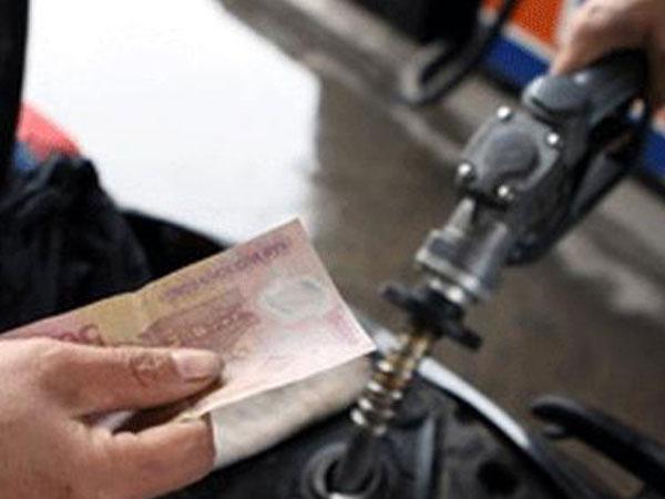 Giữ nguyên giá bán lẻ xăng, tăng giá dầu diesel