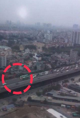 Hà Nội: Hai xe khách thi đi chậm gây ách tắc trên đường vành đai 3