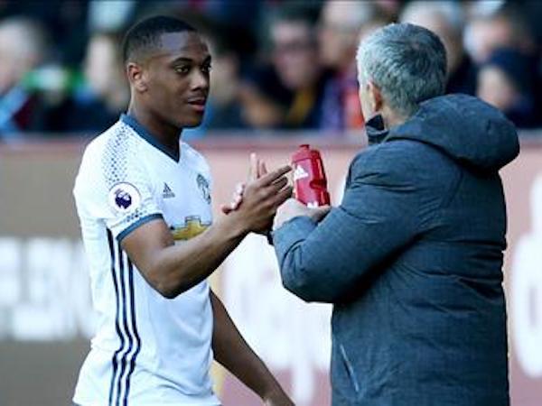 Huyền thoại MU chỉ trích Mourinho không chịu học hỏi từ sai lầm