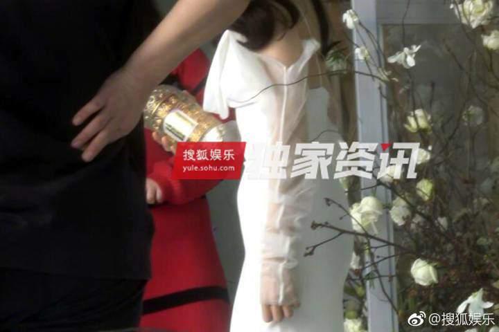 Bị bắt gặp xoa vòng 2 lớn bất thường, Phạm Băng Băng dính nghi vấn có bầu trước khi cưới