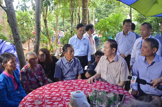 Chủ tịch nước Trần Đại Quang vào tận vùng lũ thăm người dân