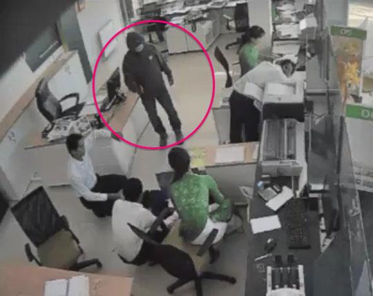 Hà Nội: Tên cướp lao vào ngân hàng giật 200 triệu đồng của người phụ nữ mang tiền đi gửi
