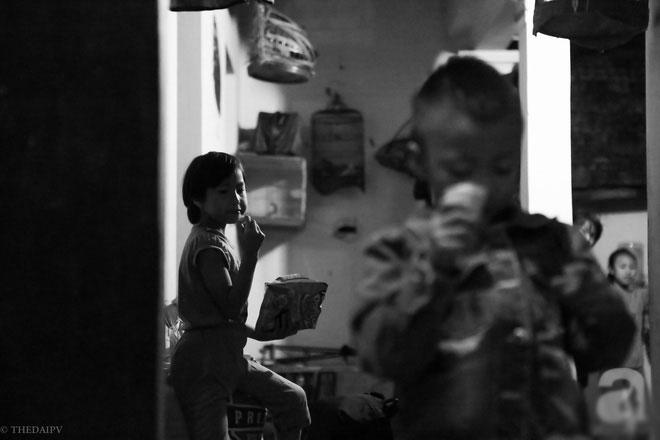 Cảnh nhà bề bộn mà rộn tiếng cười của mẹ siêu mắn đẻ, 29 tuổi có 8 đứa con ở Hà Nội