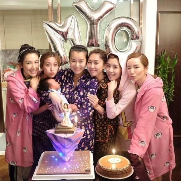 Hồ Hạnh Nhi rủ bạn bè diện đồ ngủ, tổ chức sinh nhật mừng tuổi 38