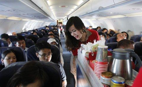 Nữ tiếp viên hàng không ăn đồ thừa của khách bị phạt nặng gây tranh cãi