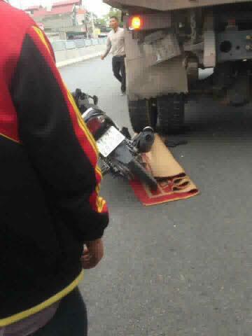 Quảng Ninh: Nam thanh niên tự đâm vào đuôi xe tải ngã ra đường, người dân cẩn thận mang chiếu ra đắp dù vẫn sống