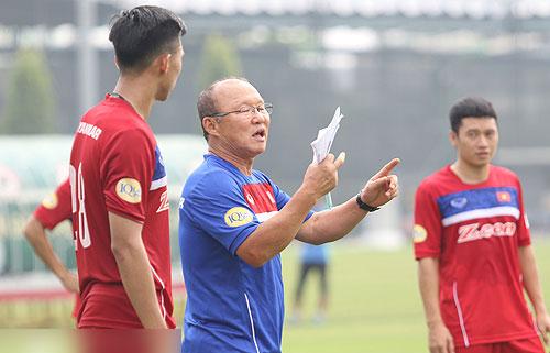 HLV Park Hang Seo muốn các tuyển thủ không tin đồng đội
