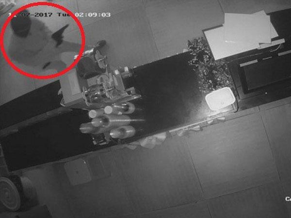 Đối tượng bịt mặt, nghi mang theo súng vào trộm đồ quán trà sữa