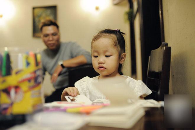Trở thành bố đơn thân chỉ sau 1 năm kết hôn và đây là cách bố làm thay phần mẹ để yêu thương con