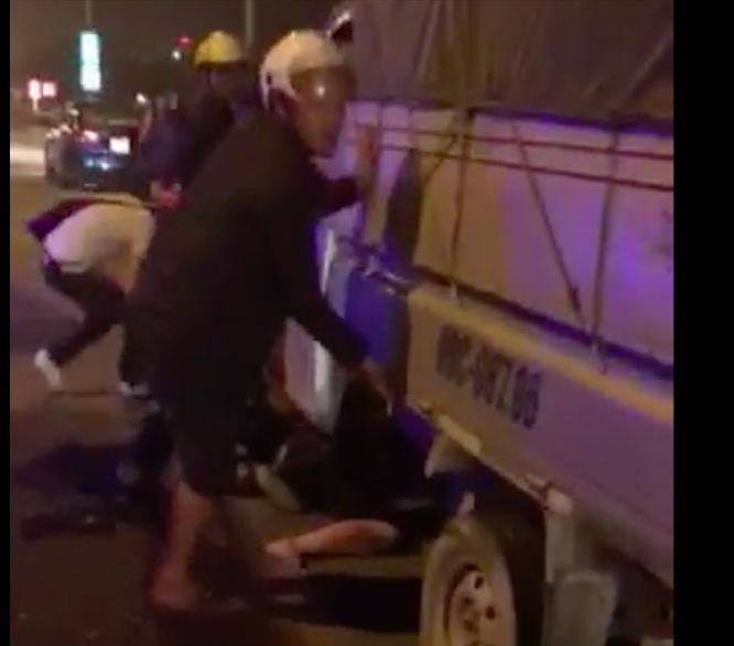 Nâng xe tải cứu sống vợ chồng bà bầu bị cuốn vào gầm xe
