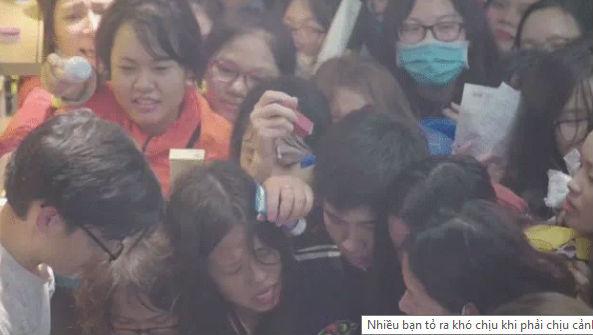 Clip: Kinh hoàng cảnh chen lấn của hàng trăm cô gái trẻ trong buổi khai trương cửa hàng mỹ phẩm ở Hà Nội