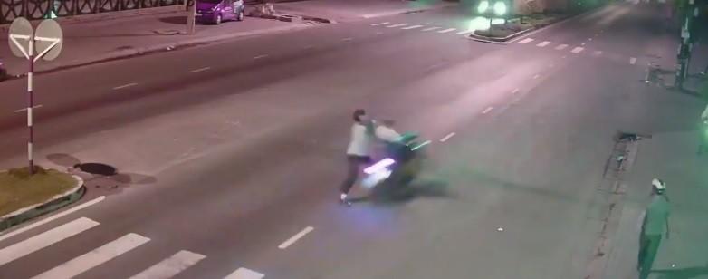 Video: Người đàn ông sang đường bất cẩn gặp thanh niên phóng tốc độ bàn thờ và cái kết đắng cho cả hai