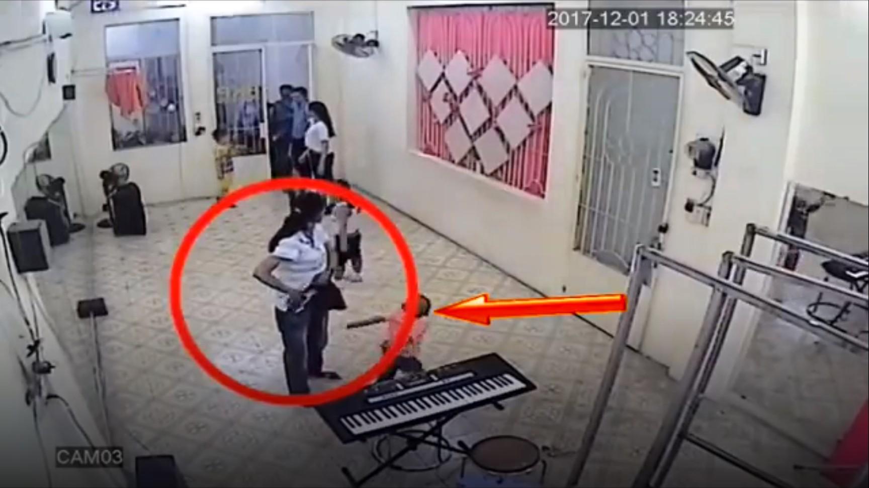 Clip: Đến đón bé trai, người phụ nữ nhanh tay lấy trộm điện thoại ngay trong lớp học