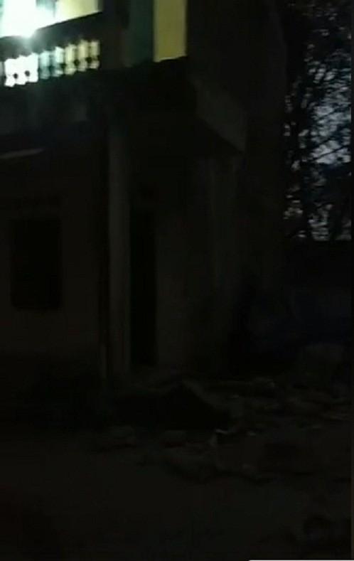 Ảnh: Hiện trường vụ sập lan can Trường Tiểu học Văn Môn khiến 16 học sinh bị thương