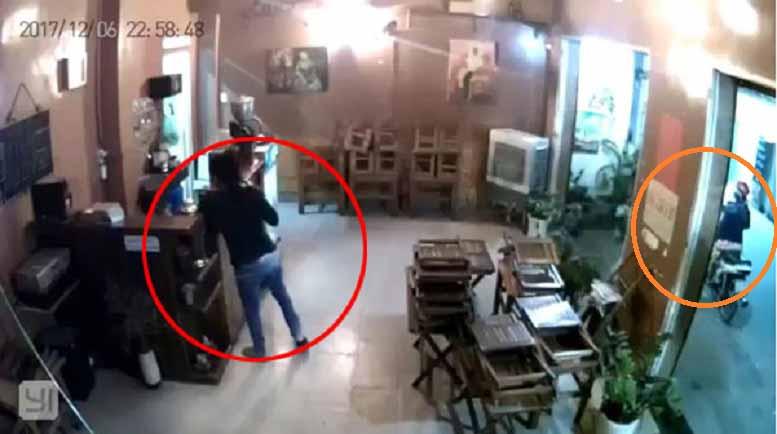 Clip: Đôi nam nữ dàn cảnh nẫng điện thoại tại quán cà phê