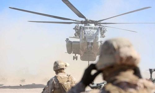 Cửa trực thăng quân sự Mỹ rơi xuống trường học Nhật