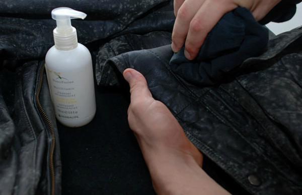 Mách chị em cách giặt áo da nhanh gọn đơn giản tại nhà