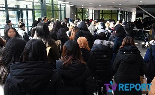 Gần 1000 người hâm mộ òa khóc khi nói lời tiễn biệt cuối cùng tại tang lễ Jonghyun (SHINee)