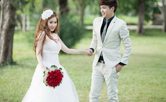 Vợ cũ Hồ Quang Hiếu tiết lộ nam ca sĩ nhiều lần ngoại tình khiến cô phải ly hôn