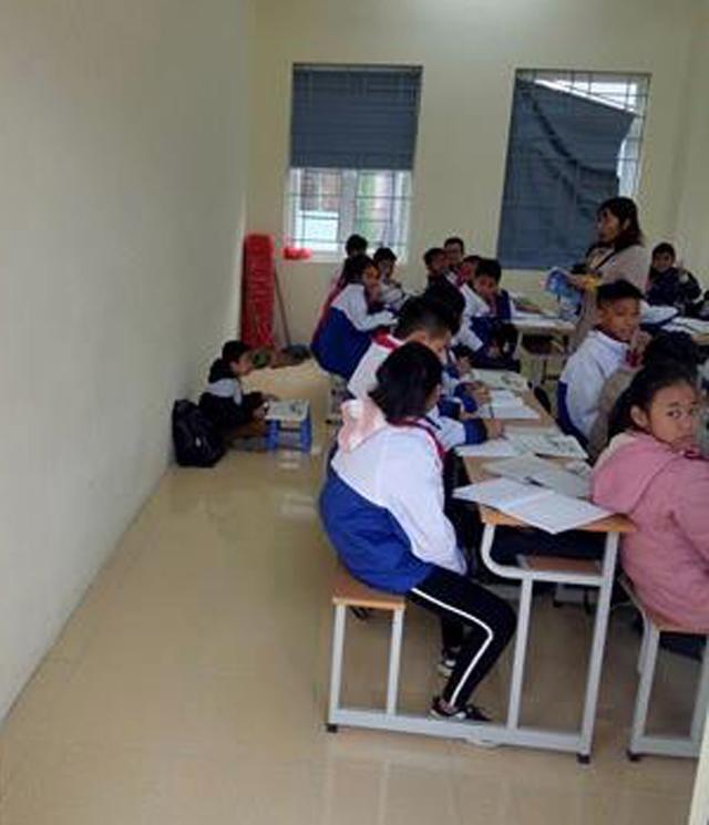 Học sinh lớp 6 bị phạt ngồi học dưới nền nhà vì không đeo khăn quàng đỏ