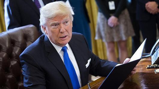 Tòa án liên tiếp chặn sắc lệnh của ông Trump
