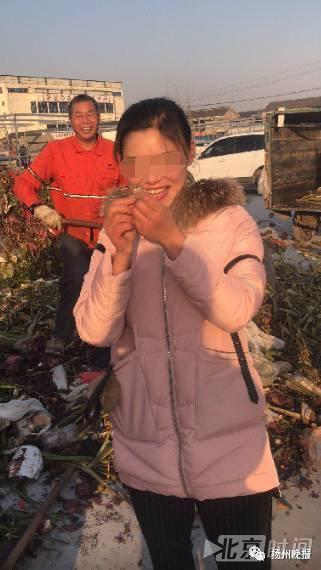 Lỡ tay vứt nhầm nhẫn kim cương vào thùng rác, người phụ nữ vật vã đào 13 tấn rác để tìm kiếm