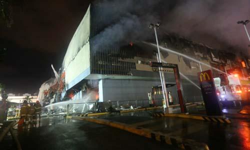 Tổng thống Philippines rơi lệ khi 37 người kẹt trong đám cháy