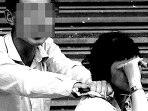 Giải cứu một phụ nữ bị ngáo đá khống chế trong taxi