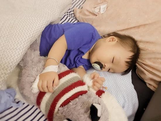 Con trai Dương Cẩm Lynh bị cửa dập vào tay, nguy hiểm đến mức phải nhập viện