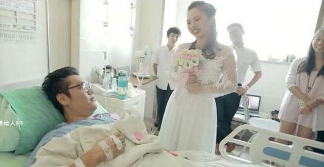 Bạn trai đòi chia tay vì bị tai nạn, cô gái cầu hôn ngay tại giường bệnh