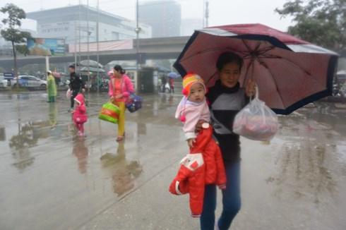 Đội mưa rét, người đổ ra bến xe, ga tàu về nghỉ Tết Dương lịch 