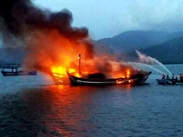 100 người nỗ lực cứu bốn tàu cá cháy trong đêm cuối năm