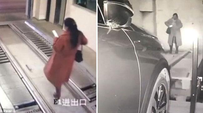 Video: Bị xe đâm do mải xem điện thoại, bước nhầm vào ô đỗ xe tự động