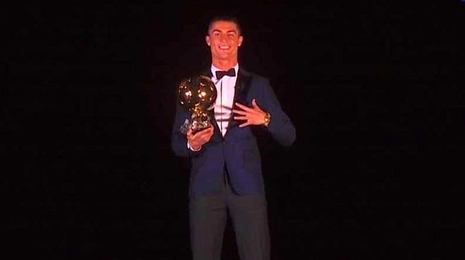 Ronaldo lên đỉnh trên tháp Eiffel, chia vui cùng các huyền thoại Real