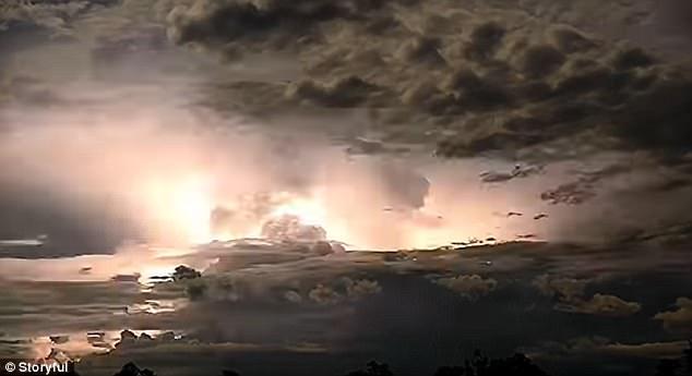 Sấm chớp ghê hồn như bom hạt nhân nổ ở Australia