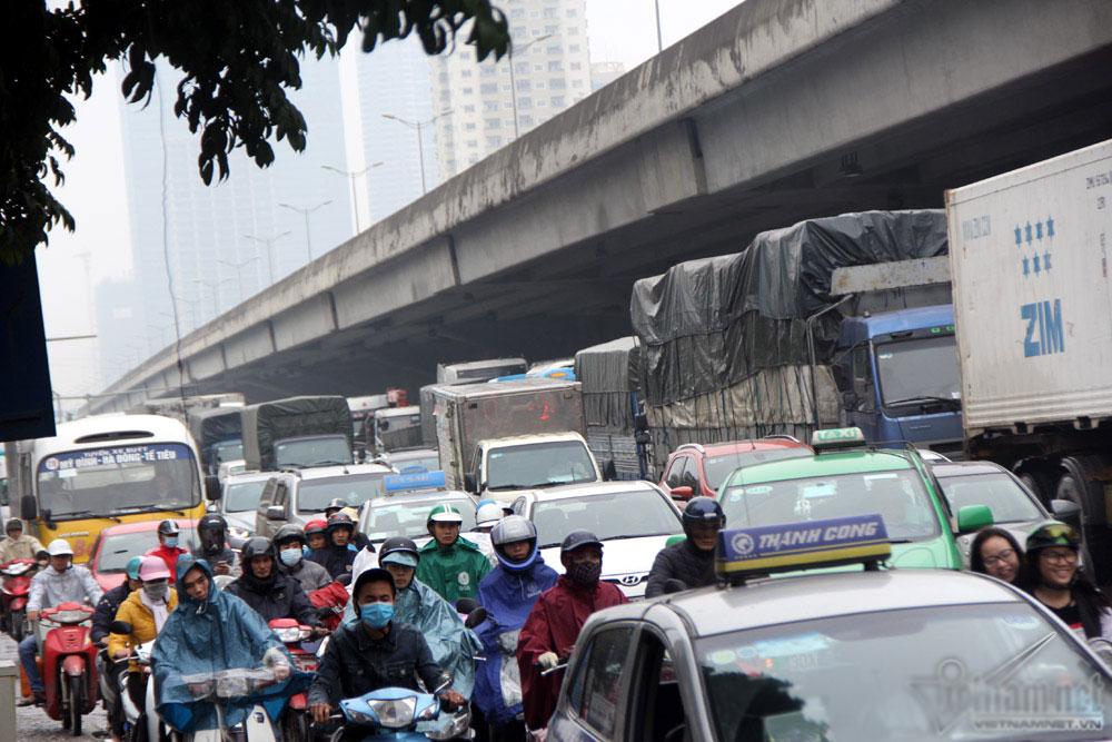 Đường Hà Nội tắc nghẹt xuyên trưa trong giá rét