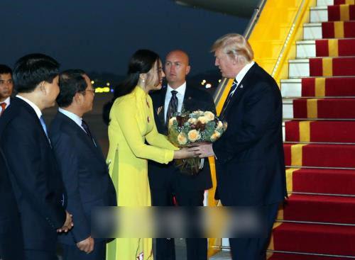 Đã tìm thấy nữ sinh xinh đẹp tặng hoa cho Tổng thống Mỹ Donald Trump