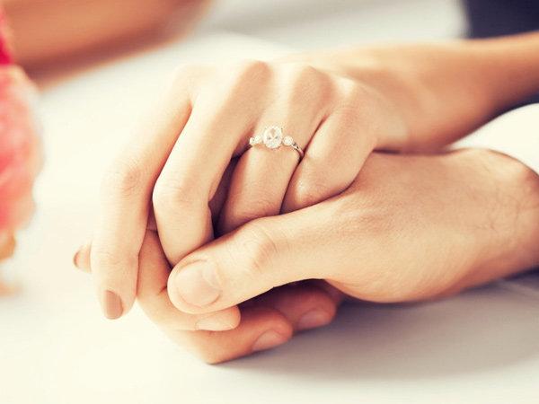 Bi hài thanh niên cầu hôn bằng cách nhét nhẫn vào bánh nhưng lại bị bạn gái nuốt trôi